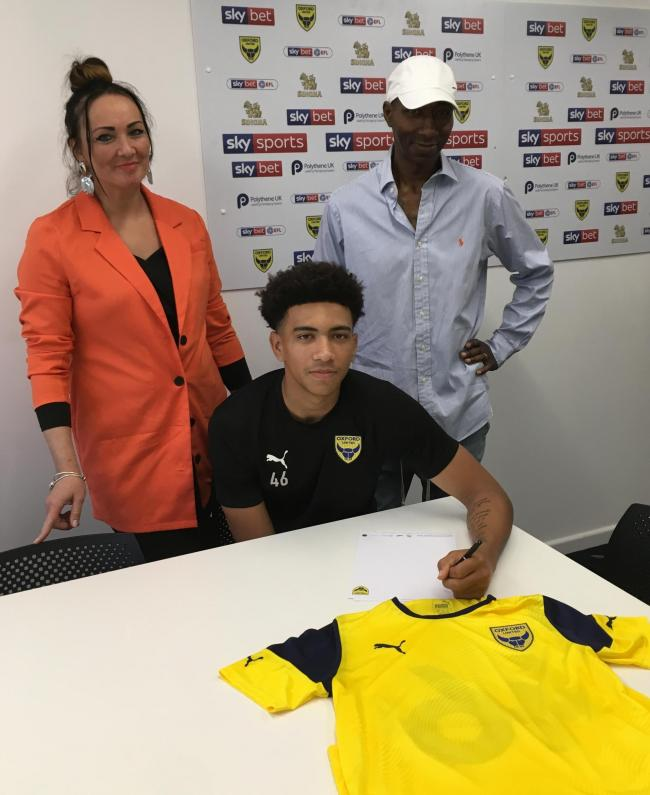 Nico Jones signs his first professional deal with Oxford United with his parents looking on Picture: Jack Johnson