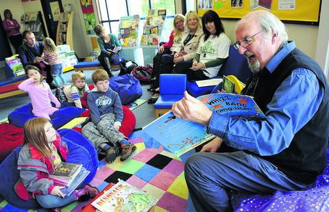 Arch - author Ron Heapy reading to children at Oxford Central Library