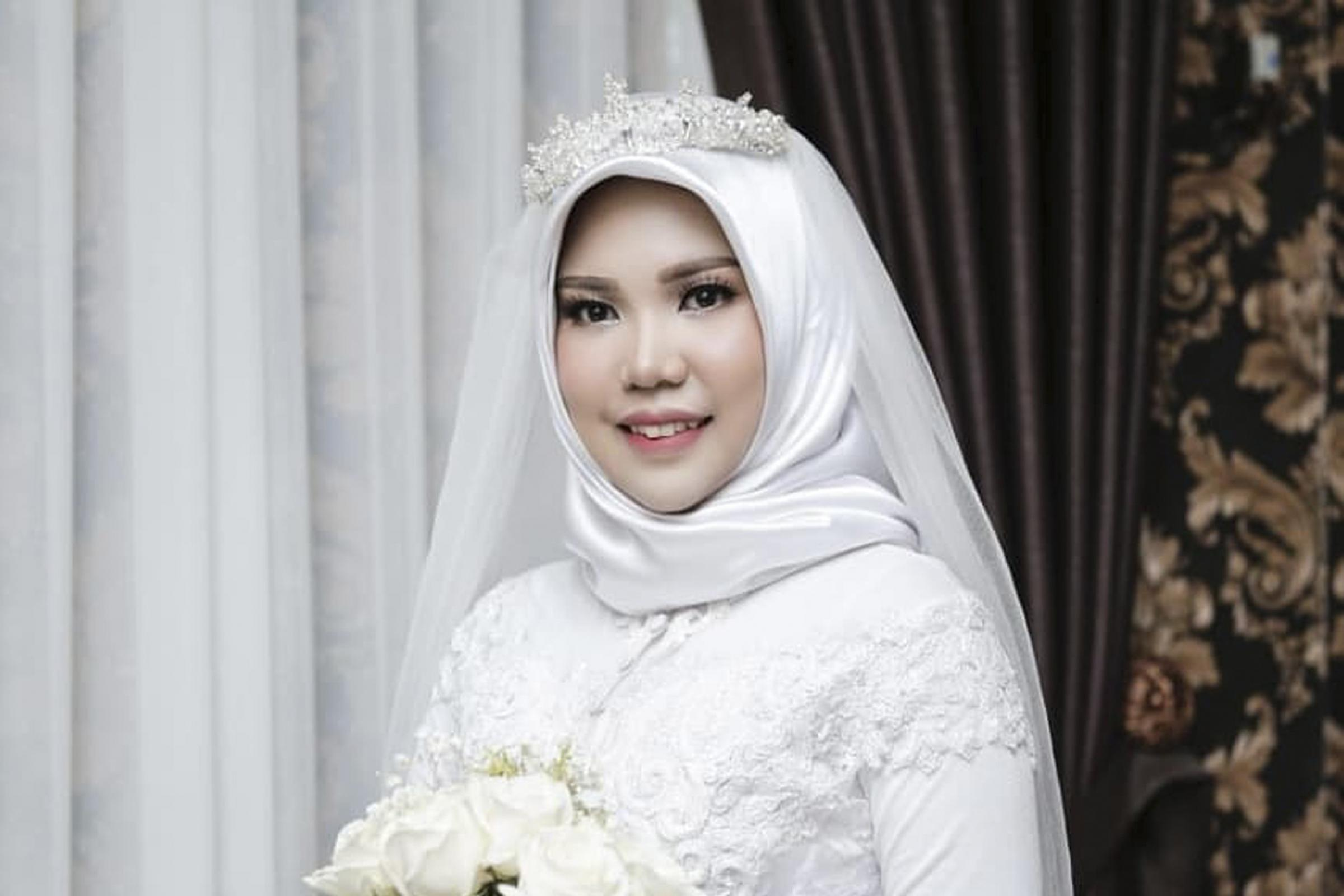 Woman wears wedding dress on day she would have married plane crash victim